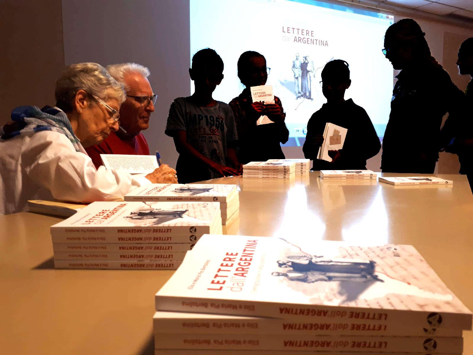 Gli autori autografano i libri